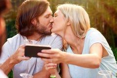 Beso romántico del selfie Imagen de archivo libre de regalías