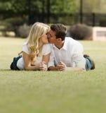 Beso romántico en parque Foto de archivo libre de regalías