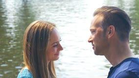 Beso romántico - un par atractivo en amor es de abrazo y que disfruta del tiempo junto almacen de metraje de vídeo