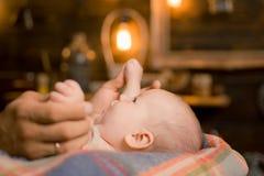 Beso suave de la mamá Familia Cuidado de niños El día de los niños Pequeño bebé dulce Nuevo nacimiento de la vida y del bebé Pequ fotos de archivo