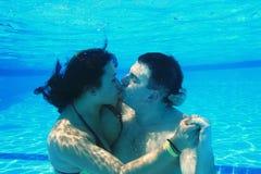 Beso subacuático Imagen de archivo libre de regalías