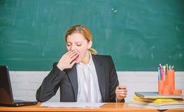 Besoin de sommeil Fatigue de haut niveau Le travail ?puisant ? l'?cole cause la fatigue Le visage somnolent de femme de professeu photographie stock