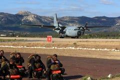 Besondere Kräfte, die auf Transportflugzeug warten Stockfoto
