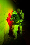 Besondere Kräfte oder Auftragnehmerteam während des Nachtauftrags/-operation Stockfotos