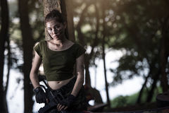 Besondere Kraft mit dem Gewehr im Dschungel Lizenzfreie Stockfotos
