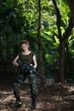 Besondere Kraft mit dem Gewehr im Dschungel Stockfotos