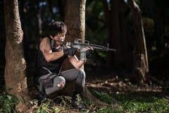 Besondere Kraft mit dem Gewehr im Dschungel Lizenzfreies Stockfoto