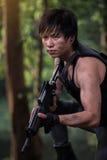 Besondere Kraft mit dem Gewehr im Dschungel Stockfotografie