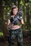 Besondere Kraft mit dem Gewehr im Dschungel, Soldat Lizenzfreies Stockbild