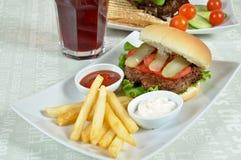Besonders zugebereiteter Hamburger und Pommes-Frites lizenzfreies stockfoto