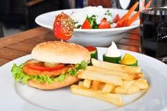 Besonders zugebereiteter Hamburger und Pommes-Frites stockbild