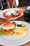 Besonders zugebereiteter Hamburger und Pommes-Frites stockbilder