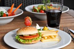 Besonders zugebereiteter Hamburger und Pommes-Frites lizenzfreie stockfotografie
