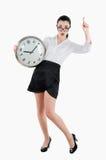 Besorgnis erregende, entsetzte Geschäftsfrau, die eine große Uhr hält Weiße ISO Stockfotos