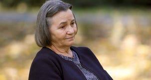 Besorgte ältere Frau draußen stock video footage