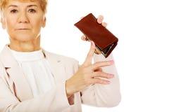 Besorgte ältere Frau mit leerer Geldbörse Lizenzfreie Stockfotos