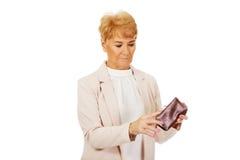 Besorgte ältere Frau mit leerer Geldbörse Lizenzfreies Stockbild