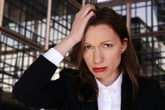 Besorgte arbeitslose leitende Angestellte der Geschäftsfrau der Finanzkrise stockfoto