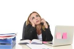 Besorgte attraktive Geschäftsfrau im Druck, der mit Laptop c arbeitet stockfoto