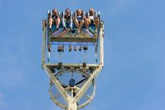 Besorgte Augen von den jungen Leuten hoch in der Luft am Funfair stockbild