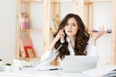Besorgte betonte deprimierte Büroangestellt-Geschäftsfrau, die Telefonanruf der schlechten Nachrichten Notbei der Arbeit empfängt Stockfoto