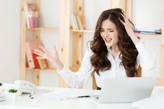 Besorgte betonte deprimierte Büroangestellt-Geschäftsfrau Schauen hoffnungslos und verwirrt Disziplinarmaßnahme und Stockfoto