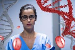 Besorgte Doktorfrau, die mit DNA-Strang 3D und Zellen steht Lizenzfreie Stockbilder