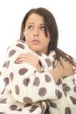 Besorgte erschrockene einsame unglückliche attraktive junge Frau im Hausmantel Lizenzfreie Stockfotos