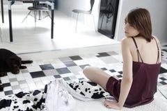 Besorgte Frau, die auf ihrem Bett sitzt Lizenzfreie Stockfotos