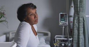 Besorgte Frau, die auf Krankenhausbett 4k sitzt stock video