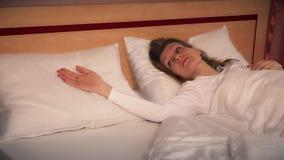 Besorgte Frauenfrau wachen einsames im Bett nach Scheidung auf stock video footage