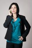 Besorgte Geschäftsfrau, die auf dem Handy spricht Stockbilder