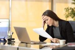 Besorgte Geschäftsfrau, die eine Mitteilung liest Lizenzfreies Stockbild
