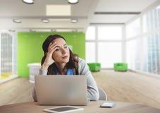 Besorgte Geschäftsfrau an einem Schreibtisch unter Verwendung eines Computers Stockfoto