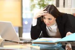Besorgte Geschäftsfrau mit einer schwierigen Aufgabe Stockbild
