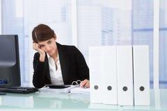 Besorgte Geschäftsfrau am Schreibtisch Lizenzfreie Stockbilder