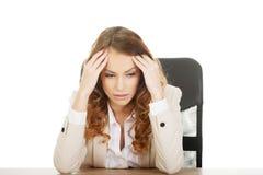 Besorgte Geschäftsfrau am Schreibtisch lizenzfreie stockfotos