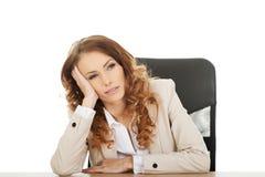 Besorgte Geschäftsfrau am Schreibtisch stockfoto