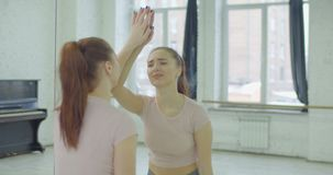 Besorgte hübsche Frau in der Verzweiflung, die auf Spiegel schlägt stock video