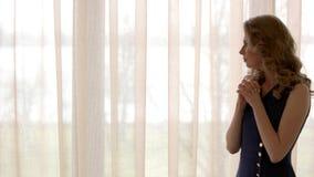 Besorgte junge Frau stock video footage