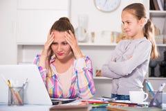 Besorgte junge Frauen, die an Probleme denken stockbilder