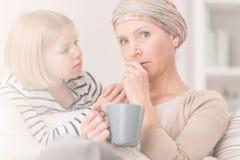 Besorgte Krebsfrau und -kind Stockbilder