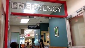 Besorgte Leute, die in einem Krankenhausnotbereich sitzen stock video footage