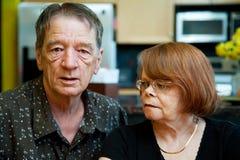 Besorgte ältere Paare Stockfotos