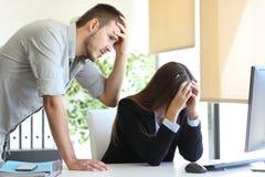 Besorgte Mitarbeiter nach einem Fehler lizenzfreie stockfotografie