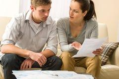 Besorgte Paare, die über ihre Ausgaben sprechen lizenzfreies stockfoto