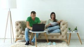 Besorgte Paare, die ihre Finanzen mit Laptop tun stock video