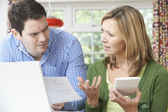 Besorgte Paare, die zu Hause inländische Finanzen besprechen stockfotos