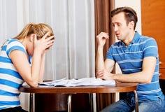 Besorgte Paare nach den Rechenrechnungen, die zu Hause sitzen Lizenzfreie Stockbilder
