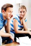 Besorgte Paare nach den Rechenrechnungen, die zu Hause sitzen Stockbilder
